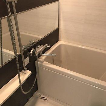 追焚付きの浴室です。鏡もたっぷりでお肌のお手入れも抜かりなく!