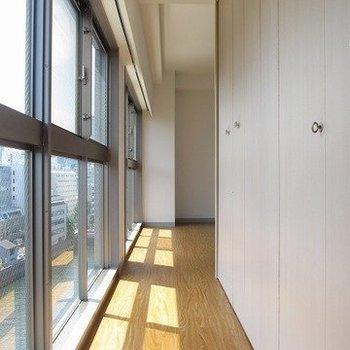 玄関開けたときの開放感がたまらんです。※写真は5階の同間取り別部屋です。