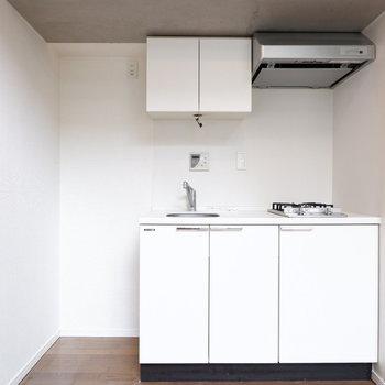 キッチン横に冷蔵庫を。※写真はクリーニング前。