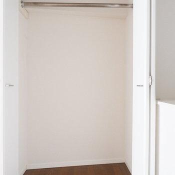 寝室にはクローゼットが。※写真はクリーニング前。