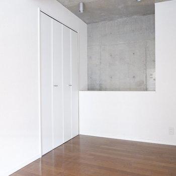 こちらは寝室に。※写真はクリーニング前。