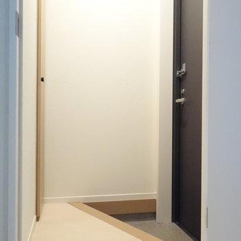ダイニングから玄関です。 ※クリーニング前の写真です