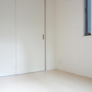 3帖ほどなので、ベッドは壁側に寄せて置きましょうか。 ※クリーニング前の写真です