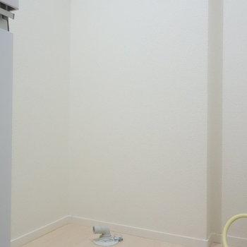 そのお隣に、洗濯機置場ありますよ。 ※クリーニング前の写真です