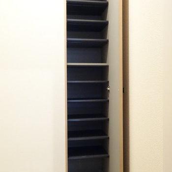 靴箱は細長いですが、たっぷり入りそう。v