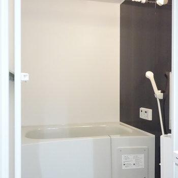 浴室乾燥機能つきのお風呂。 ※クリーニング前の写真です