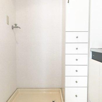 室内洗濯機置場の横には収納棚ついてます!