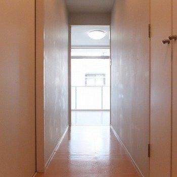 玄関を入ったところ。右の扉を開けると洗濯機置場です。※写真は3階の同じ間取りの別部屋です