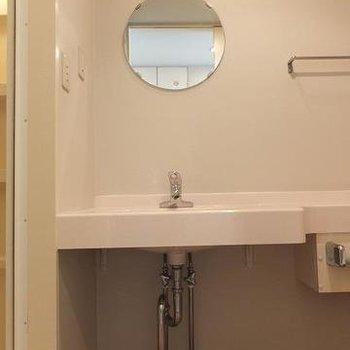 キュートな鏡。ここが脱衣スペースにもなります※写真は3階の同じ間取りの別部屋です