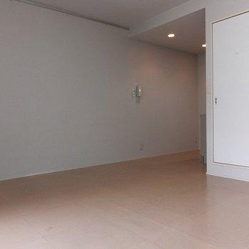 右奥がキッチン。壁がひろーーい。※写真は3階の同じ間取りの別部屋です。