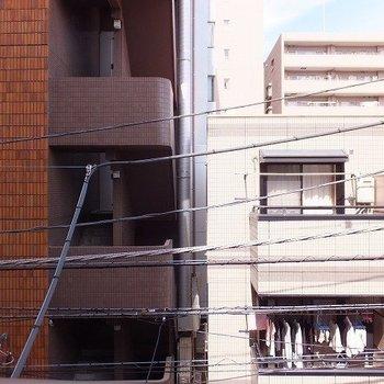 同じくらいの建物が立ち並んでいるので眺望は期待できません。※写真は3階の同じ間取りの別部屋です。