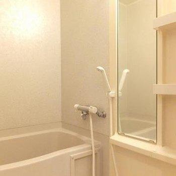 お風呂は普通ですが、棚が嬉しい。※写真は3階の同じ間取りの別部屋です。