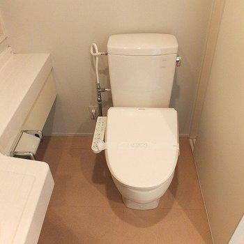 トイレはお風呂のとなり。※写真は3階の同じ間取りの別部屋です