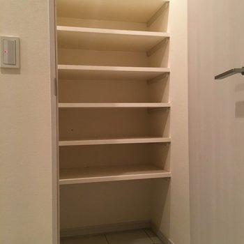 そして、玄関にも靴箱。逆に靴をたくさん買わないと、スペースが勿体無い!