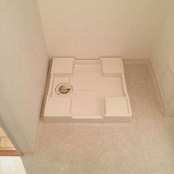 洗濯機置場はお風呂出たすぐ、脱衣スペースにあります。