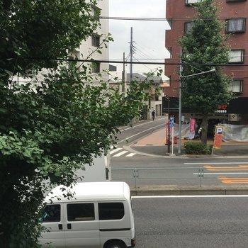 正面の通りは車線が多いから、車通りがあるんですよね。でも、音は大丈夫です。