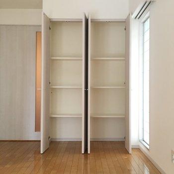 リビングにも収納ある。本や雑貨収納かな。