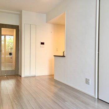 あの、写真の中央の出っ張りの奥に、キッチンがあるんです。