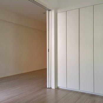 5帖の洋室はこちら。引き戸を全開にして。