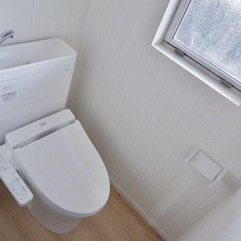 トイレに小窓が。※間取り図が反転したお部屋の写真