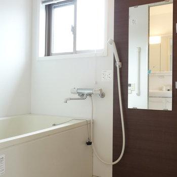 お隣、お風呂です。窓あります! ※クリーニング中の写真です