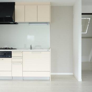 バルコニー側からキッチンを向いて。冷蔵庫置けちゃいます。 ※クリーニング中の写真です