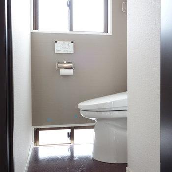 ドアを開くと、ここにトイレ。 ※クリーニング中の写真です