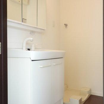 脱衣所です。独立洗面台と洗濯機置場はここに。 ※クリーニング中の写真です