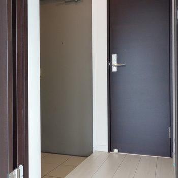 リビング左の扉を開いて、廊下です。 ※クリーニング中の写真です
