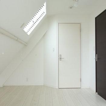 キッチン横のドアから洋室です。 ※クリーニング中の写真です