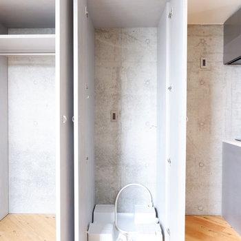 洗濯機置場は扉で隠して。