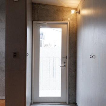 玄関はコンパクトに。扉がガラスに!