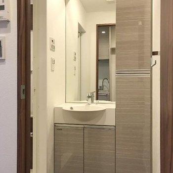 洗面脱衣所。※写真は13階の同間取り別部屋です。