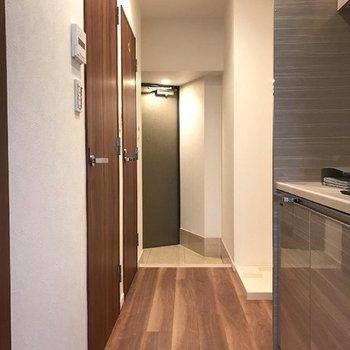 キッチン側。※写真は13階の同間取り別部屋です。
