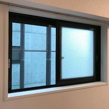 こちらの窓からの景色はお隣さん。※写真は13階の同間取り別部屋です。