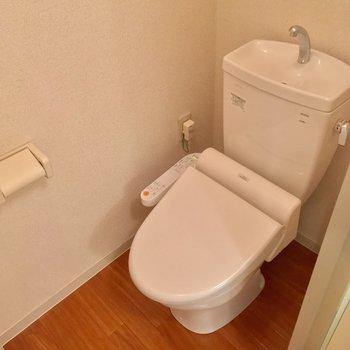 個室が嬉しいウォシュレット付きのトイレ! ※同階同間取りの別部屋の写真です