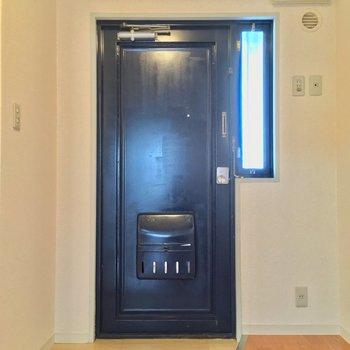 玄関はこちら! ※同階同間取りの別部屋の写真です