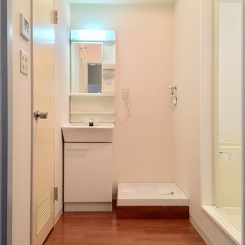 キッチンの背面にはサニタリーが。左の扉は・・ ※同階同間取りの別部屋の写真です