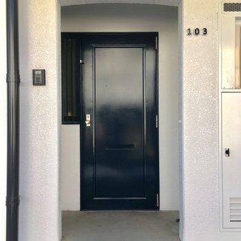 共用部はホワイトが美しい、玄関は少し奥まった所に
