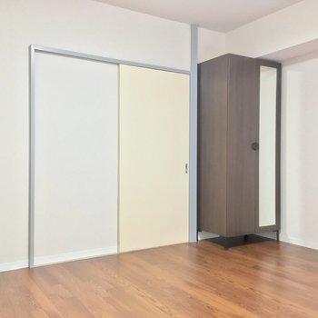 ラグを敷いてお部屋を彩っても◎ ※同階同間取りの別部屋の写真です