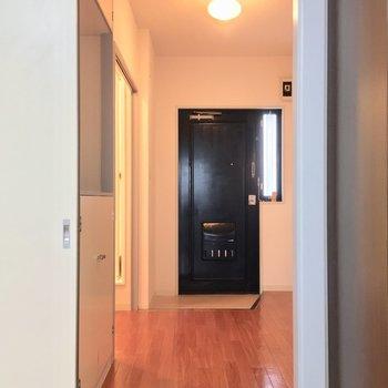 引き戸の向こうに行ってみましょう〜 ※同階同間取りの別部屋の写真です