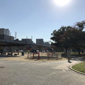 公園のさらに奥には新幹線!