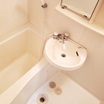 鏡の横に歯ブラシを置くスペースも!!