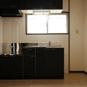 キッチンは落ち着いたブラウン