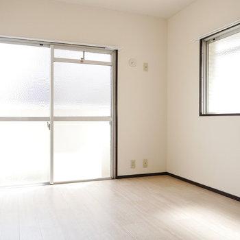 1つ目の洋室。北側と思えない明るさ