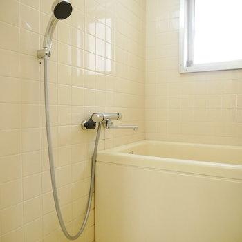 清潔感のある真っ白タイルの浴室