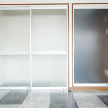 建具は圧迫感のない半透明