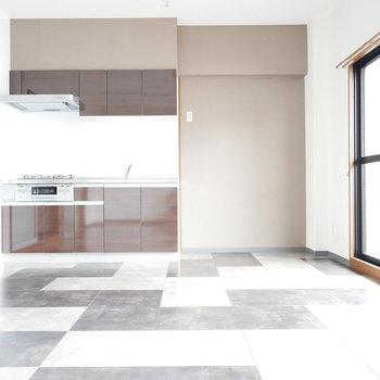 キッチンと壁紙の色が相性よくでいい雰囲気