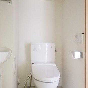 横にはトイレが!棚もあるので綺麗さっぱり使えそう♪※クリーニング前・フラッシュ使用