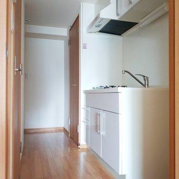 扉を開けるとキッチンがお出迎え。※クリーニング前